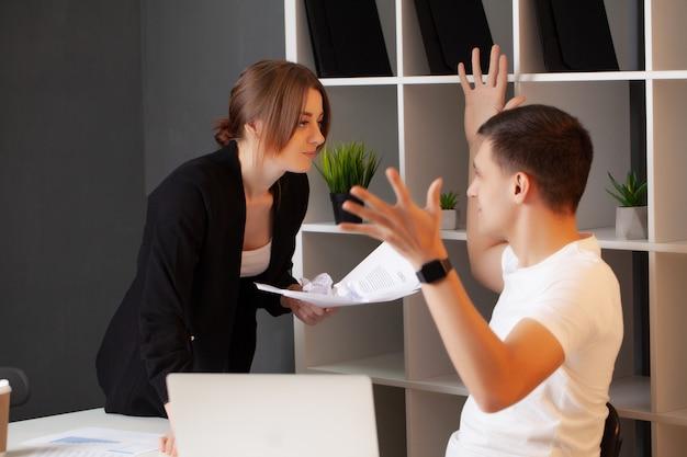 怒っている女性は会社のマネージャーと対立しています