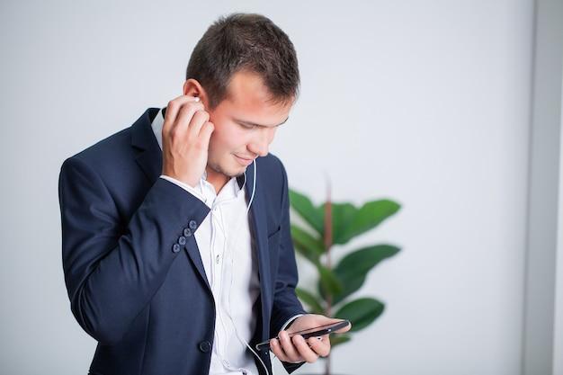 会社の事務所のクライアントと電話で話しているしっかりしたビジネスマン