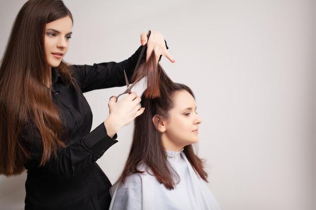 Профессиональный парикмахер делает процедуры по уходу за волосами в домашних условиях