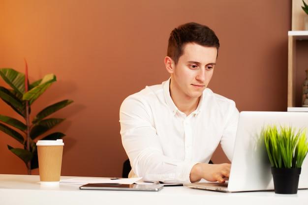 Сотрудник работает за компьютером в офисе