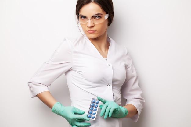 男性の性的問題を治療する薬を保持しているクリニックの医師
