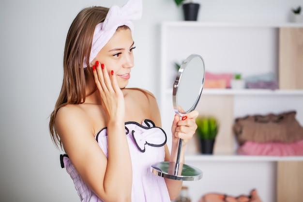 Портрет красивой женщины с идеальной кожей лица