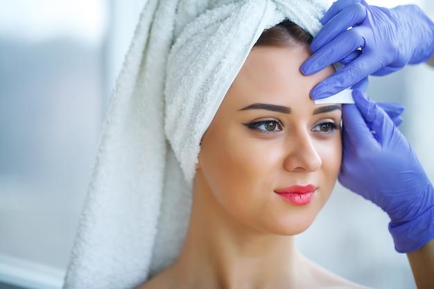 眉を引き出す経験豊富な美容師