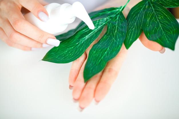 漢方薬科学者、皮膚科医は研究室で有機天然ハーブ化粧品を作る。美容健康的なスキンケアコンセプト。クリーム、血清。