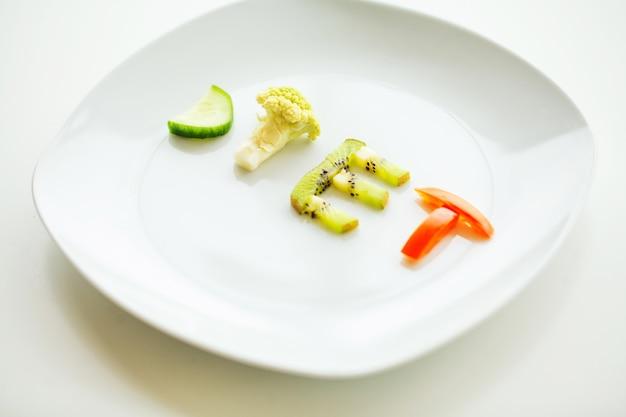 野菜ダイエットの手紙とプレートのクローズアップ