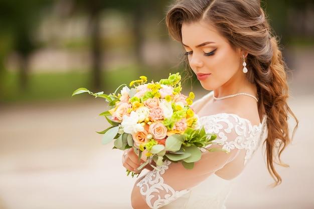 Красивый свадебный букет в руке невесты