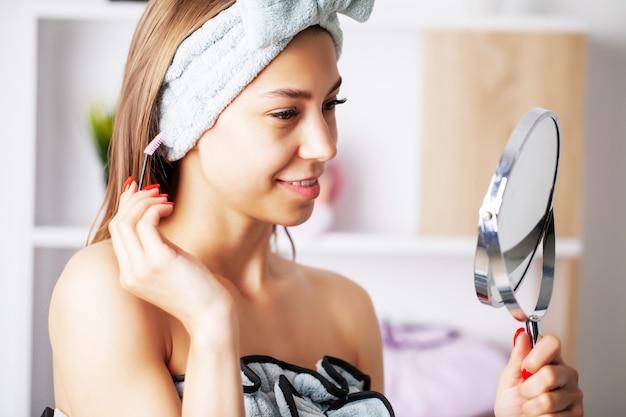 シャワーの後タオルドレスで健康な皮膚を持つ美しい少女
