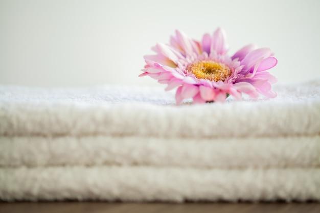 スパ浴室で使用する白い綿タオル
