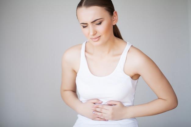 胃の痛み腹痛、腹痛で苦しんでいる女性