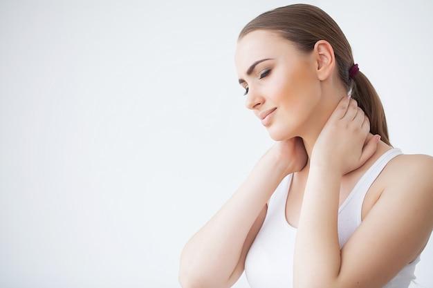 疼痛。美しい若い女性は気分が悪く、首に痛みがあります