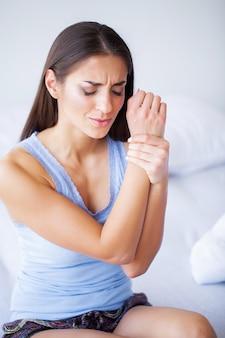 女性の手首の腕の痛み。オフィス症候群医療と医学の概念
