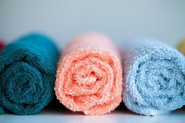バスルームの白いテーブルの上の色のタオル。