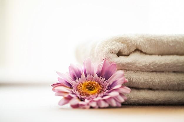 建物と建築スパスパ浴室で使用する白い綿タオル。タオルのコンセプトです。ホテルやマッサージパーラーの写真。純度と柔らかさ。タオルテキスタイル。