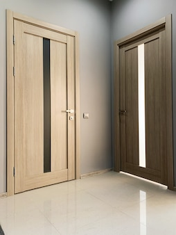 Две бежевые двери в спальню дома