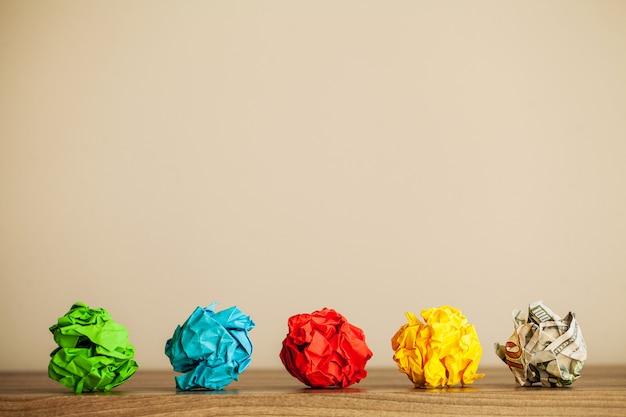 創造的なアイデアのコンセプト。しわくちゃの紙とインスピレーション、新しいアイデアと革新のコンセプト