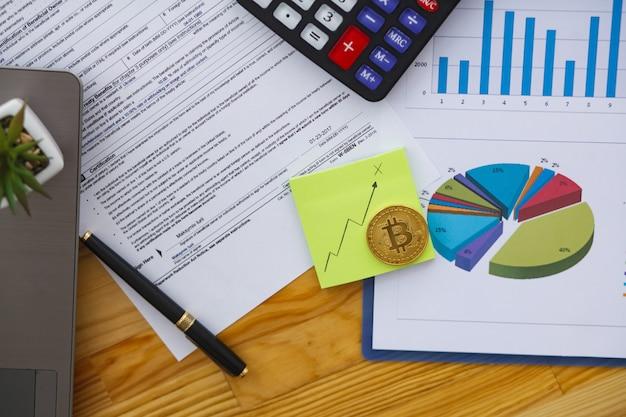 Бизнес-анализ - женщина, работающая с диаграммами финансовых данных в офисе