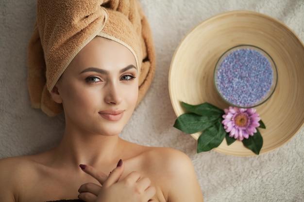 マッサージサロンでの女性の頭をマッサージしています。