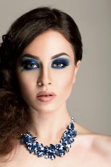 ファッション性の高い外観、美しいセクシーな魅力のクローズアップの肖像画