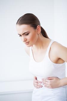 胃の痛み、痛みを伴う腹痛を持つ女性