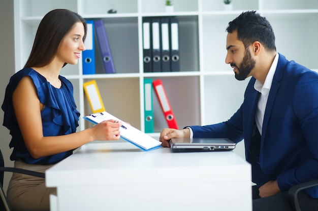 オフィスビジネスの女性とビジネスマンの主要な話
