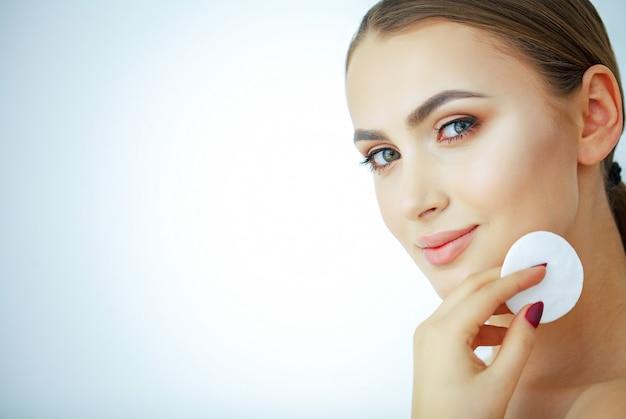 美容とケア、純粋な肌を持つ若い美しい女性
