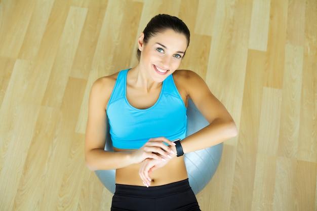 スポーツウェア、フィットネス運動をしている若い女性の肖像画