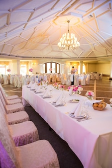 お祝いイベント、パーティー、結婚披露宴用に設定された美しいテーブル、