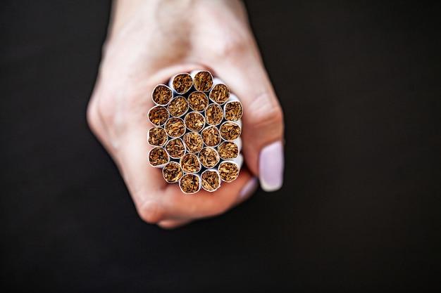 壊れたタバコで背景に喫煙コンセプトを停止します。タバコの山。喫煙禁止
