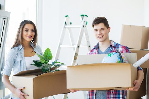 幸せな若いカップル一緒に新しいアパートに移動