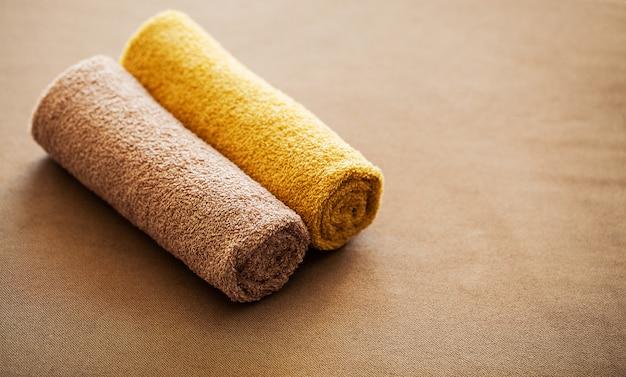 チョコレートスパスパトリートメントのホテルの部屋で茶色のタオルを構成