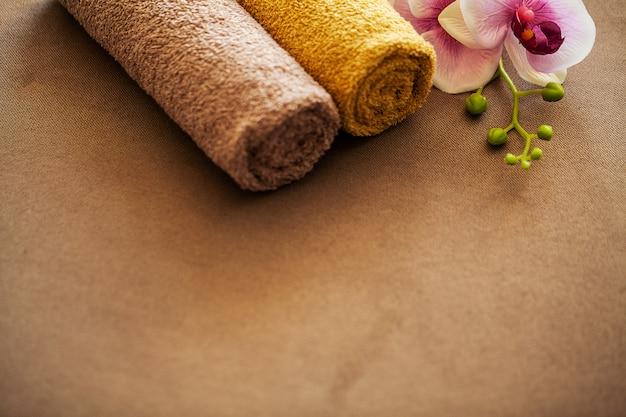 Шоколадный спа. композиция коричневого полотенца в гостиничном номере санаторно-курортного лечения