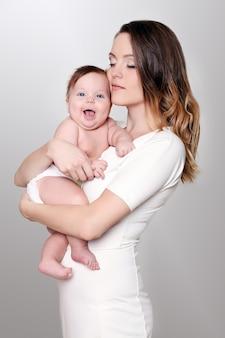 幸せな思いやりのある母と彼女のかわいい女の子