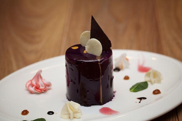 ケーキの上のチョコレートシロップのクローズアップ