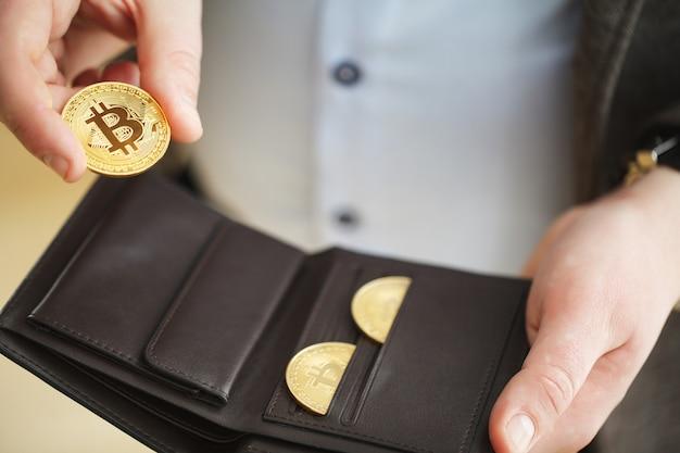 Биткойн золотая монета в кошельке. концепция криптовалюты