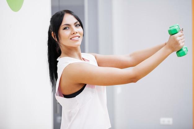 フィットネス女の子。ジムでワークアウトセクシーな運動少女。運動を行うフィットネス女性