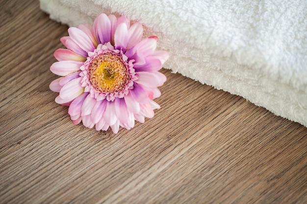 スパ。スパのバスルームで使用する白い綿のタオル。タオル 。ホテルおよびマッサージ店の写真。純度と柔らかさ。タオルテキスタイル