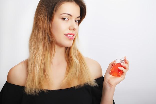 香水。若いきれいな女性の喜び、イメージの香りの香り