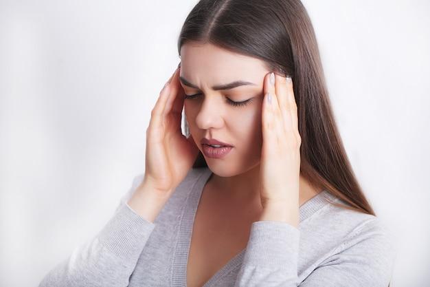 痛みの女性。歯痛、顎、首の痛みを感じて美しい少女