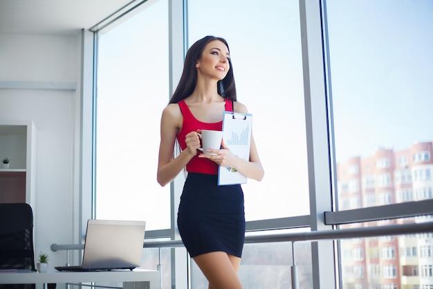 社会人。オフィスの女性の肖像画