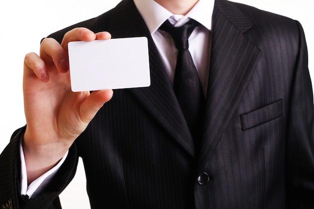 彼の名刺を示す実業家。