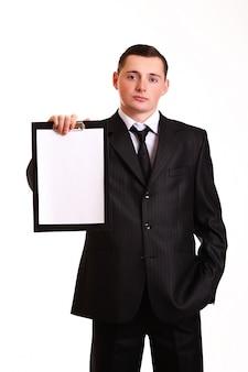 白で隔離されるクリップボードを持ったビジネスマン