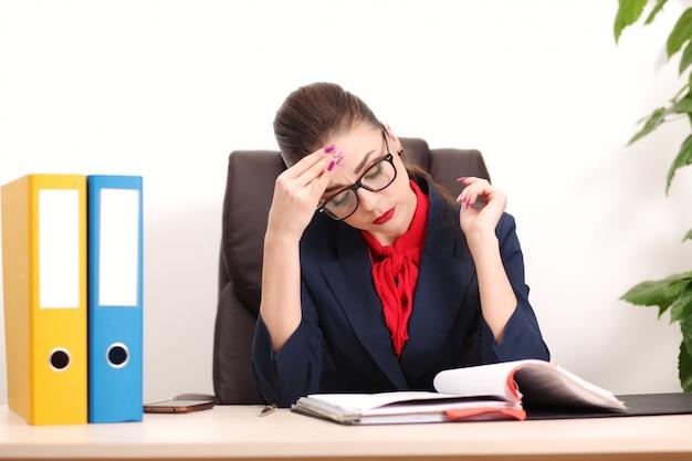 オフィスでの現代のビジネス女性
