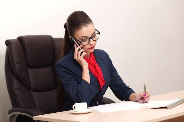 Красивая деловая женщина работает в офисе