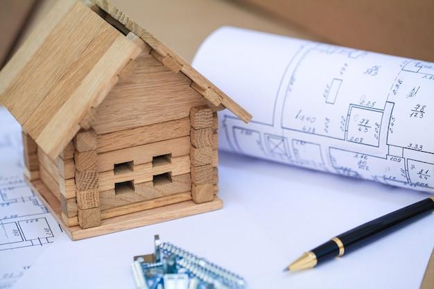 Строительство дома на чертежи с работником - строительный проект