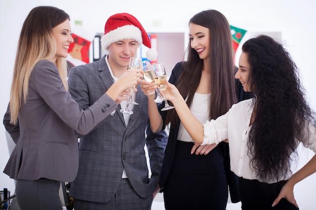 Деловая встреча команды. деловые люди празднуют рождество.