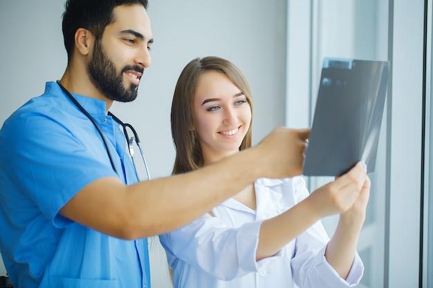 Группа медицинских работников, работающих вместе в больнице