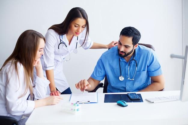 現代医学の改善。実験室に座って実験を行う若い科学者