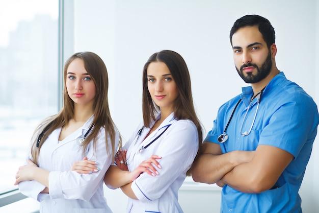 腕を組んで病院で医療チームに立っての肖像画