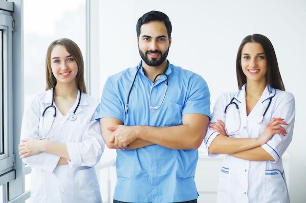 健康管理。医療聴診器を持つ魅力的な医師が病院で一緒に働いています。医療コンセプト