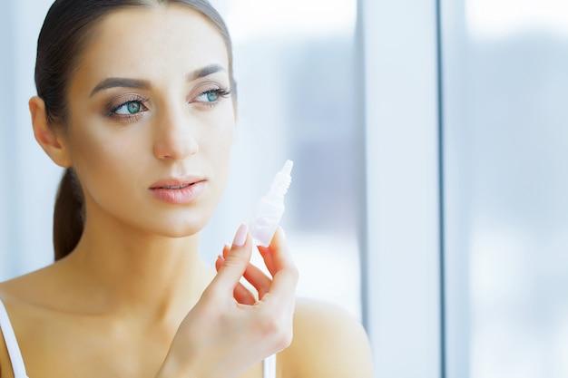 美容と健康。アイケア。美しい若い女性